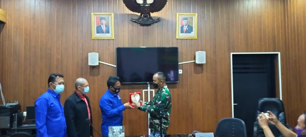 PWI Koordinatoriat Jakbar Berikan Piagam Penghargaan Sebagai Dukungan Atas Kinerja 3 Pilar Dalam Percepat Penanganan Covid-19