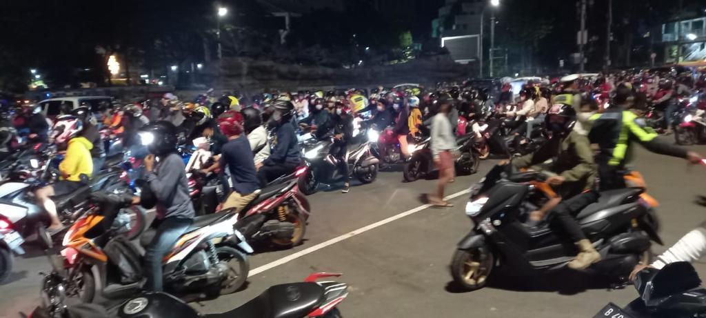 Sat Patwal Ditlantas Polda Metro Jaya Bubarkan Kerumunan Night Biker