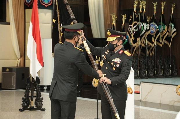 Jenderal Idham Azis Serahkan Panji Polri Tribrata ke Jenderal Listyo Sigit Prabowo