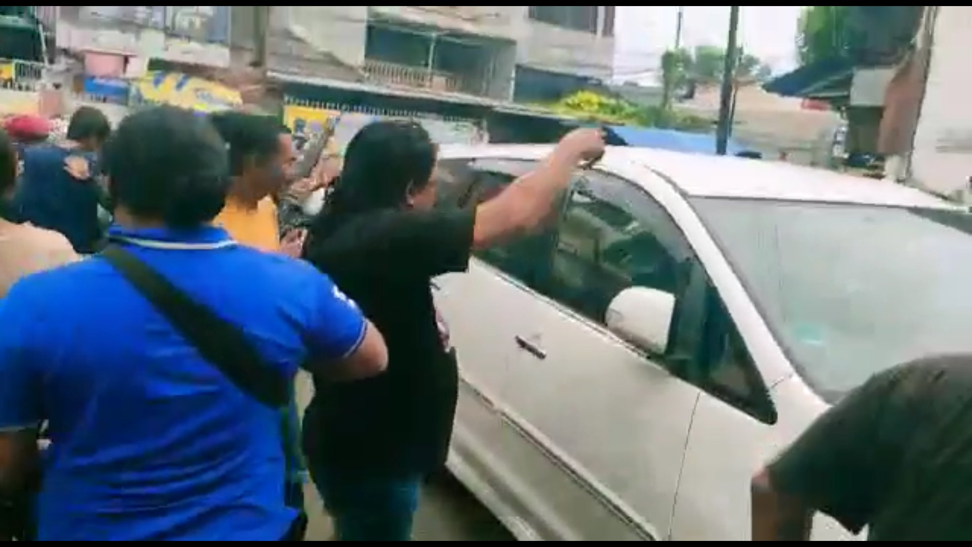 Pengendara Mobil Arogan Keluarkan Pistol Ancam Warga, Dikepung Polisi