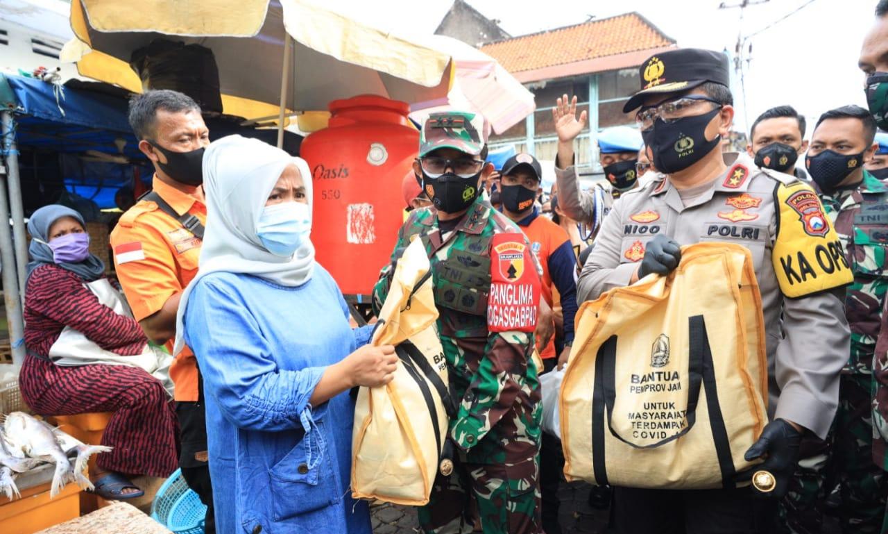 Forkopimda, Pangdam V Brawijaya dan Kapolda Jatim Bagikan 25 Ribu Masker ke Pengunjung dan Pedagang