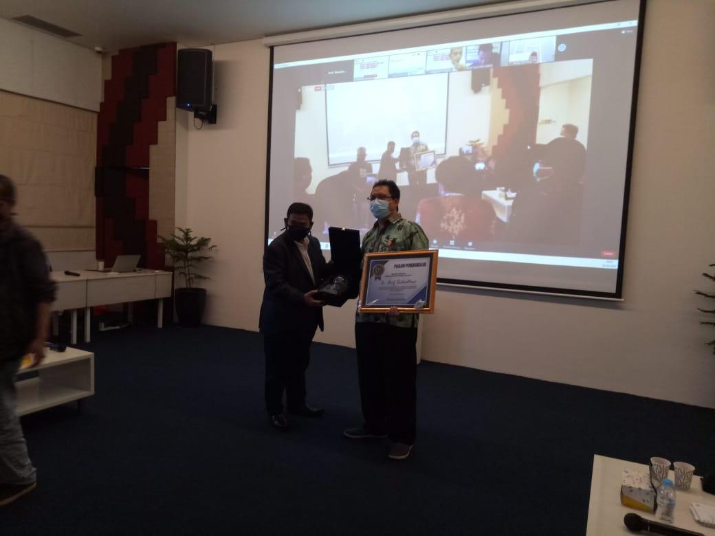 Berhasil Tingkatkan Kinerja Perusahaan, PWI Jaya Berikan Penghargaan Kepada Dirut PT. Pelindo II