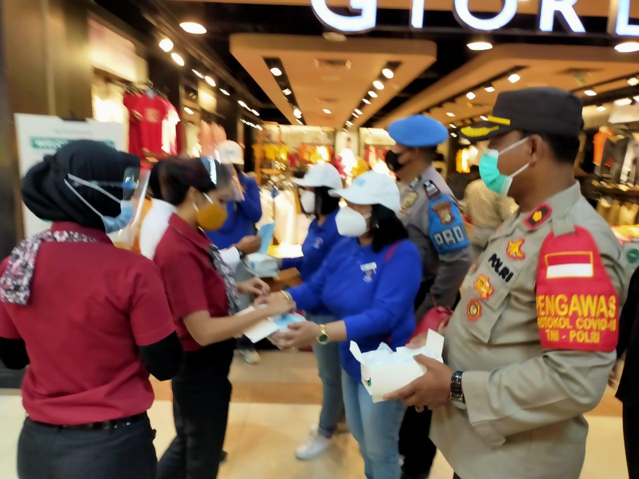 Terapkan Prokes, Polsek Cikarang Selatan Bagikan Masker ke Pengunjung Mall Lippo Cikarang