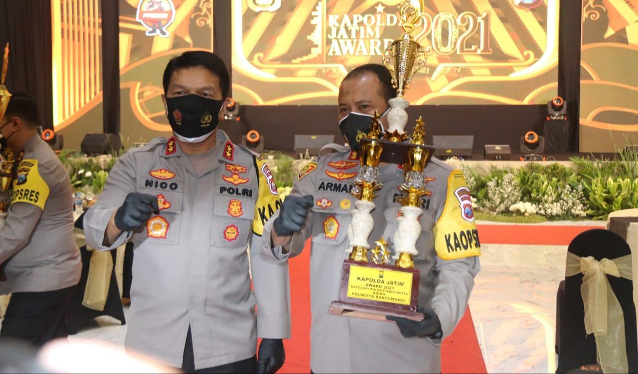 Kapolda Jatim Beri Penghargaan Kepada 10 Personel Teladan untuk Motivasi