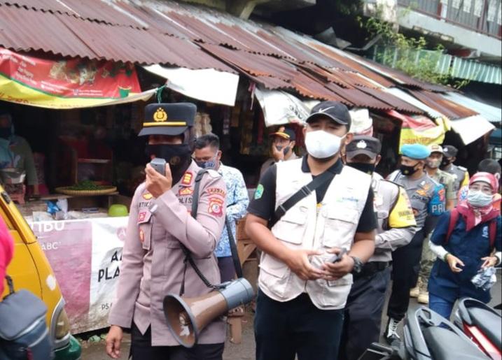 Peduli Masyarakat Sehat, Forum Jurnalist Majalengka Bersinergi Dengan Polsek Cigasong Bagi Masker ke Masyarakat