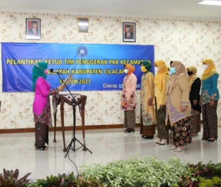 Ketua TP PKK Kabupaten Cilacap Lantik Ketua TP PKK Kecamatan
