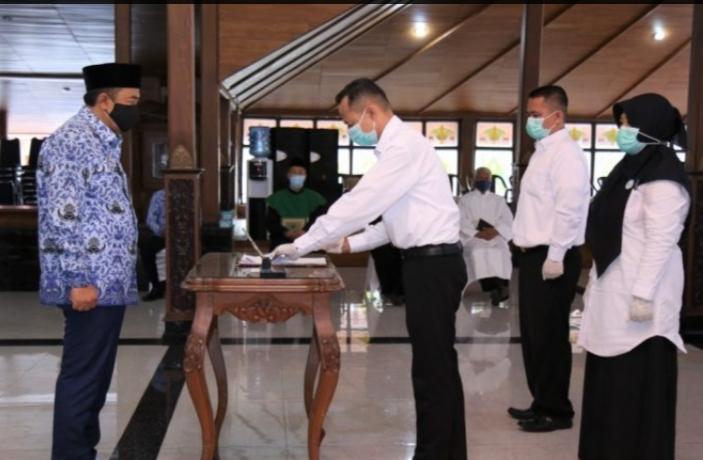Bupati Cilacap Menyerahkan SK PPPK Kepada Perwakilan Penerima