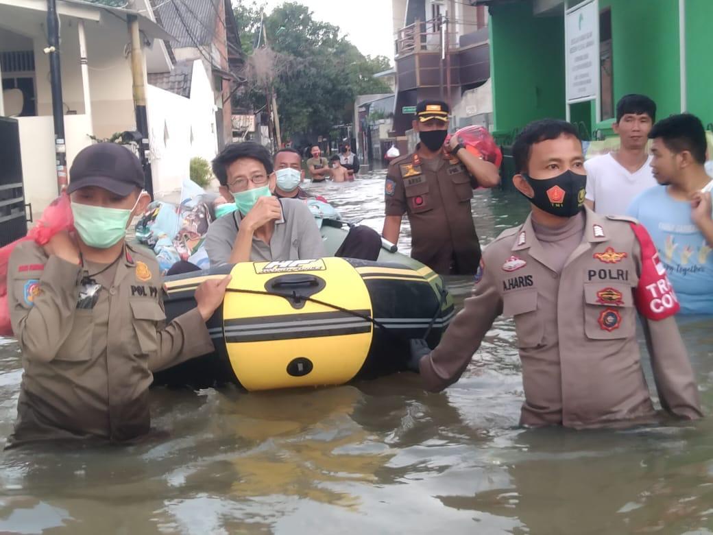 Evakuasi Korban Banjir, Tiga Pilar Duri Kosambi Cengkareng Bopong Lansia Sedang Sakit