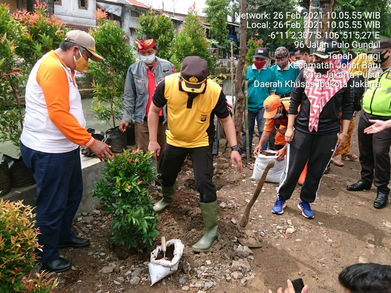 Polsek Johar Baru Bersama 3 Pilar Gerakan Tanam Pohon di Kali Sentiong
