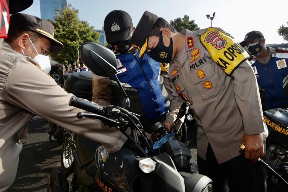 Menunjang Kinerja Bhabinkantibmas, Kapolda Jatim Bagikan 250 Sepeda Motor Dinas dan 2 Ambulance