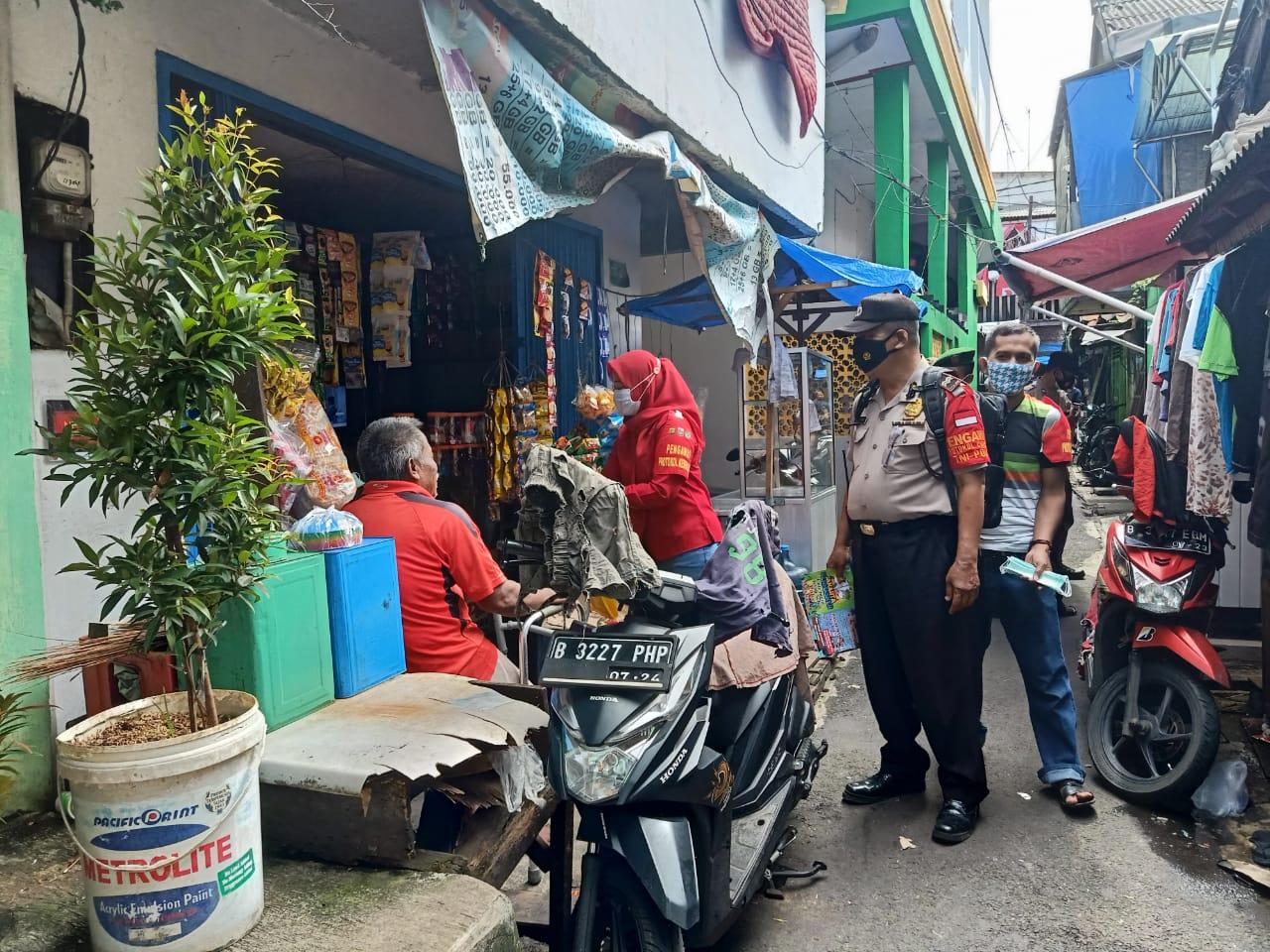 """""""Jakarta Bermasker"""" Bhabinkamtibmas dan Babinsa Serta Relawan Prokes Belusukan ke Perkampungan"""
