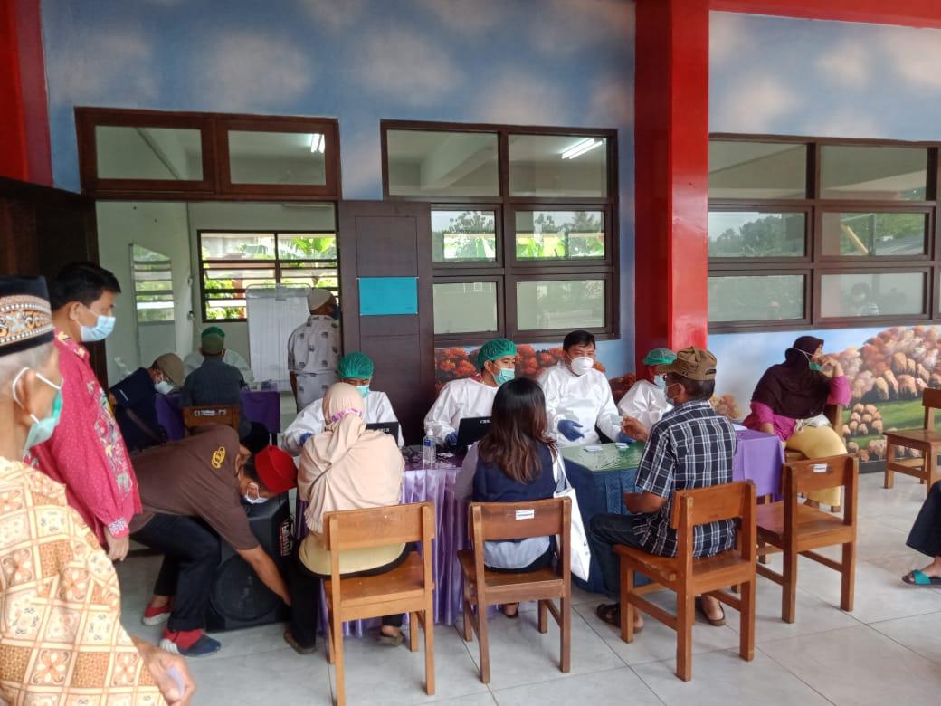 Warga Lansia Kecamatan Ciracas Mendapat Suntik Vaksinasi Covid-19