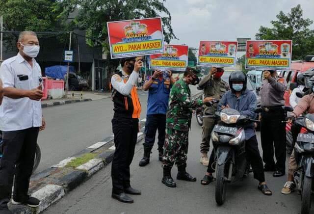 Dengan Membawa Poster dan Berikan Himbauan, Tiga Pilar Tambora Sosialisasikan Prokes