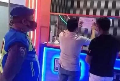 Langgar Prokes, Satpol PP Jakbar Tutup Sementara Tempat Karaoke HM