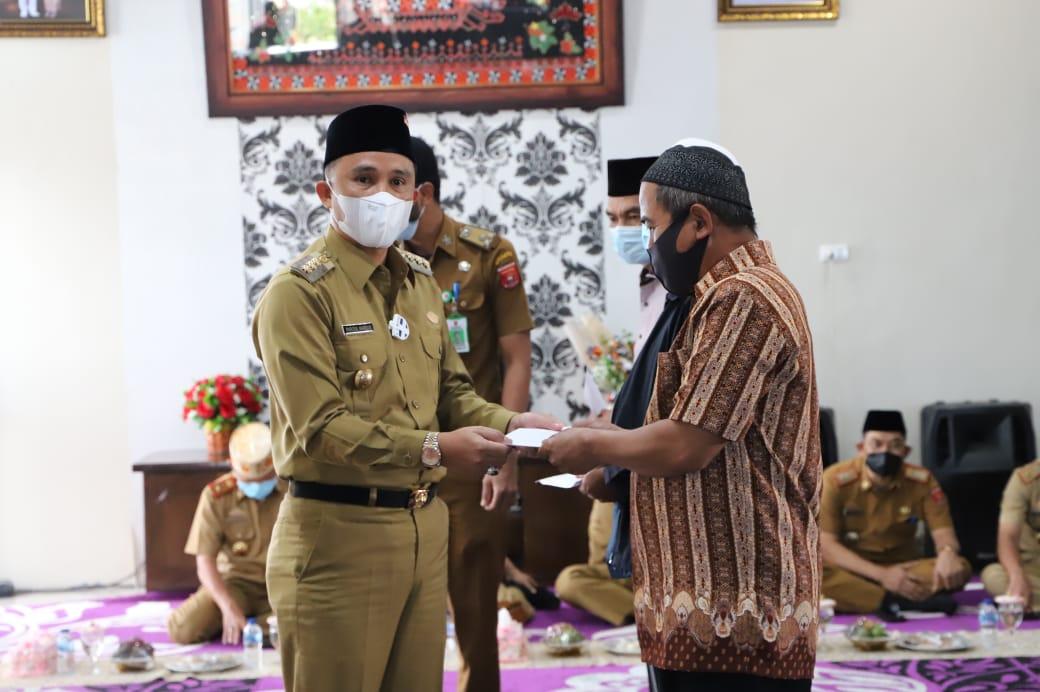Pemkab Lambar Gelar Pengajian Juga Penyerahan Insentif Guru Ngaji, Marbot dan Imam Masjid