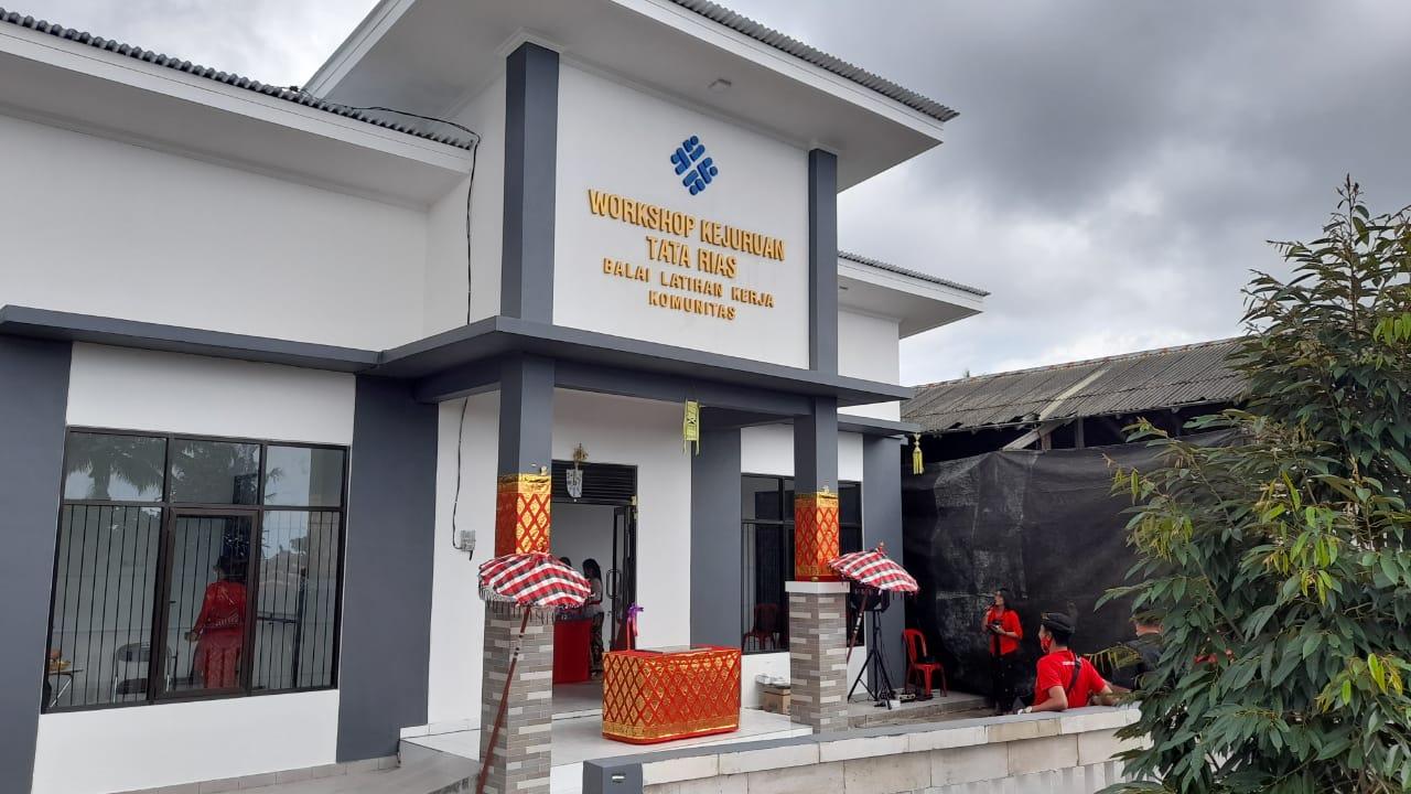 Anggota DPR RI, Ketut Kariyasa Resmikan Workshop Kejuruan Tata Rias Desa Selat