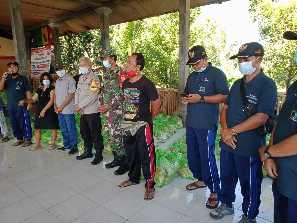 LPM Kayuputih Salurkan 210 Paket Sembako Donasi Ketut Artini untuk Warga Kurang Mampu