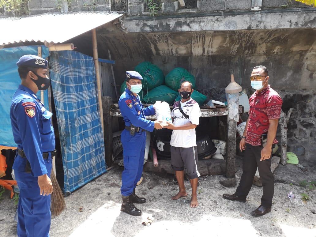 Kasat Polairud Karangasem Salurkan Puluhan Paket Sembako untuk Warga Pesisir
