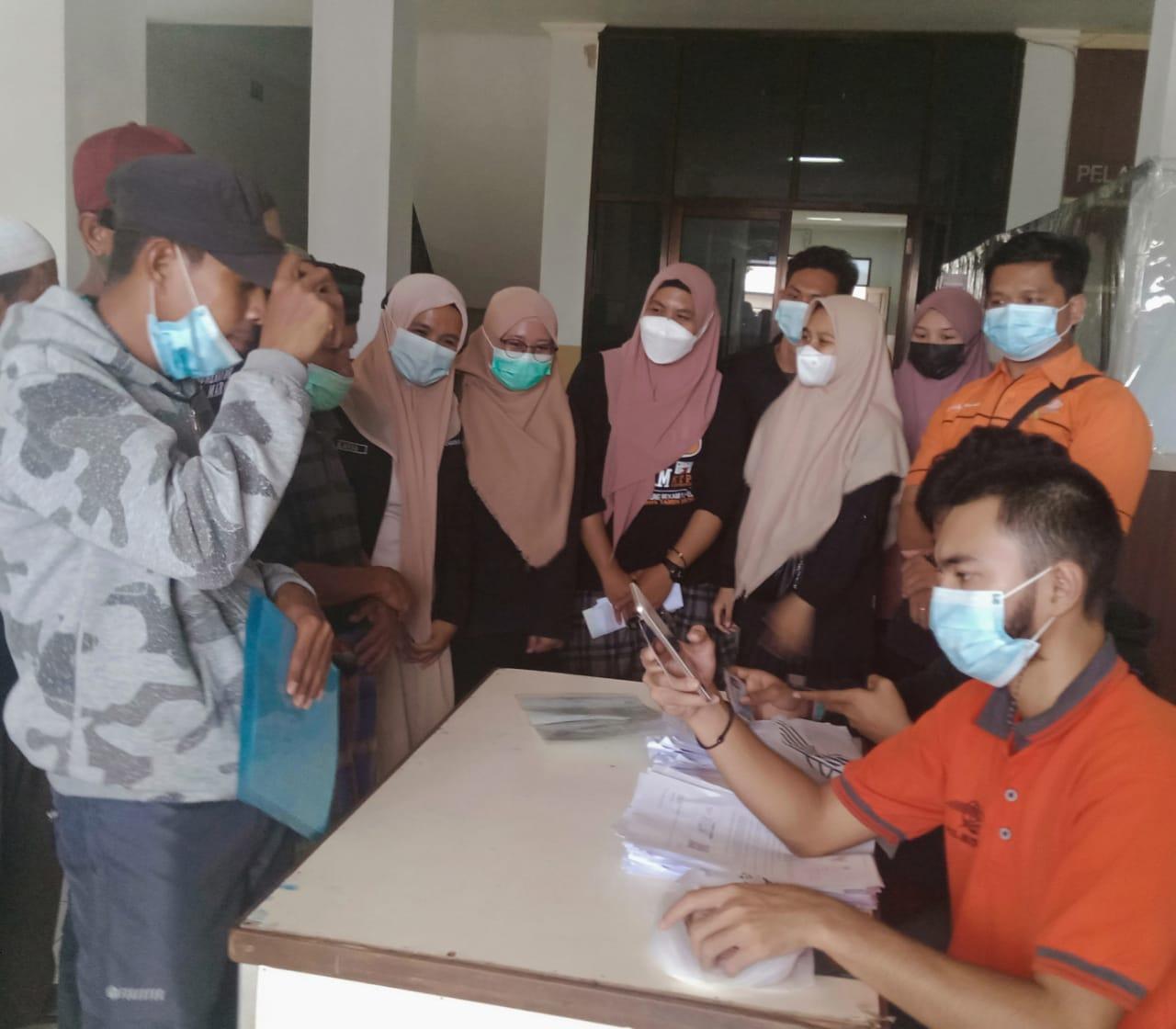 Warga Kecamatan Tanralili Terima BST Tahun 2021
