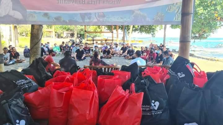 Dek Ukik, Srikandi PDI Perjuangan Salurkan Ratusan Paket Sembako di Pesisir Kawasan Lovina