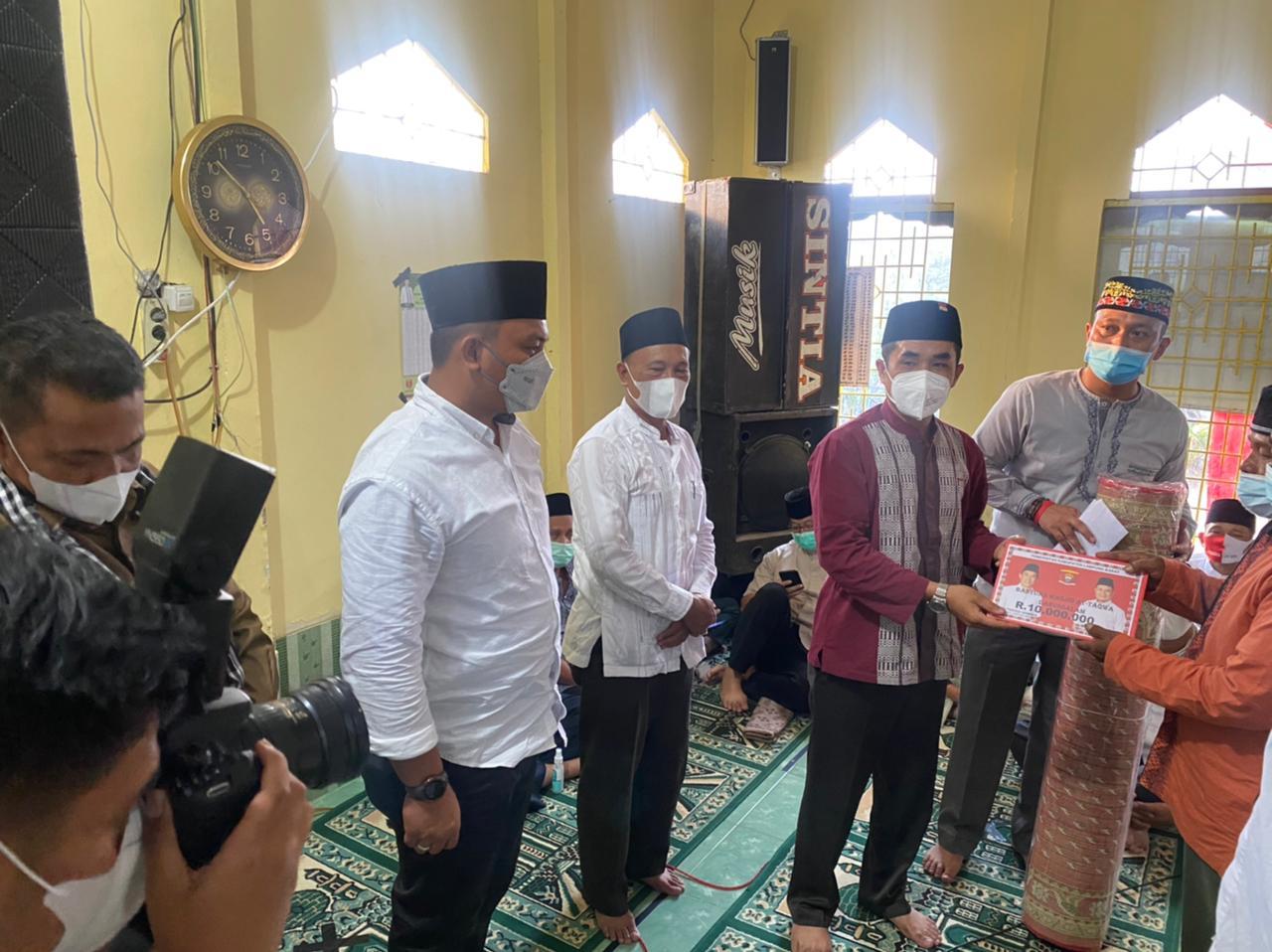 Ketua DPRD Lambar Safari Ramadhan Serahkan Ambal dan Bantuan Pembangunan Masjid