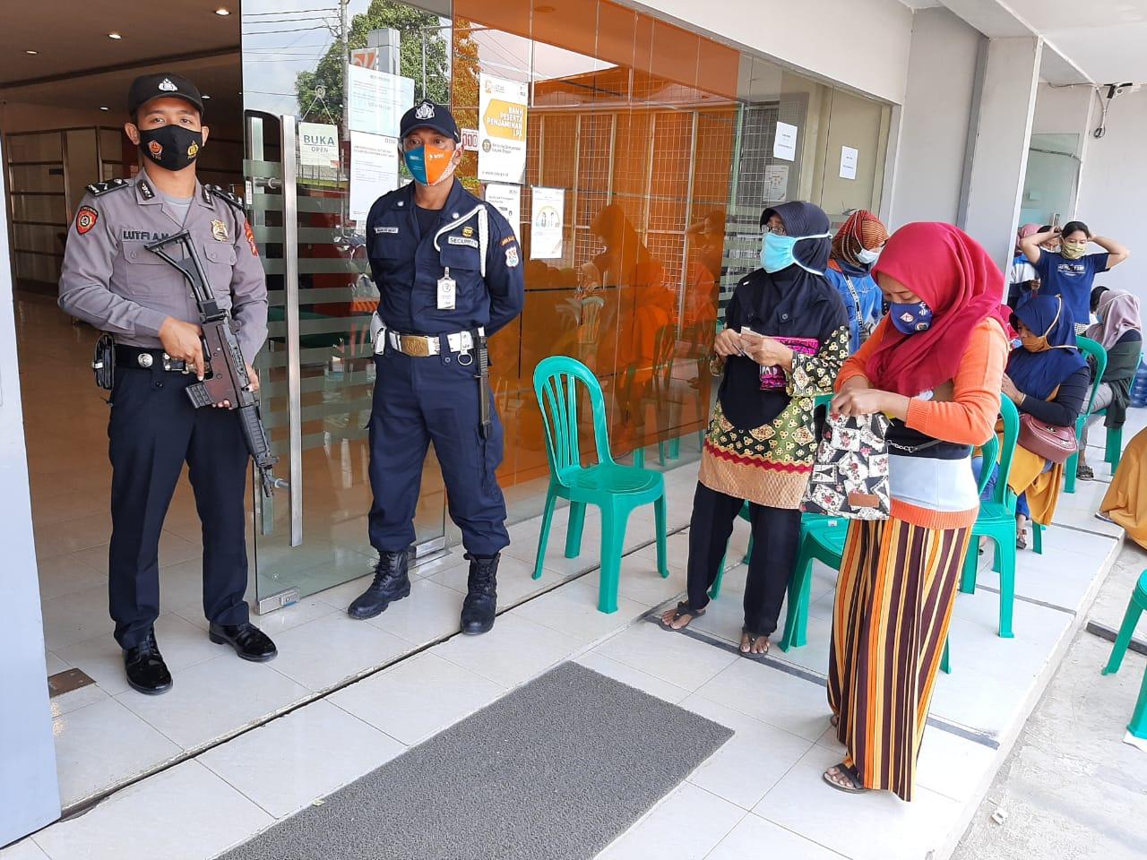 Kapolsek Banjarsari Pimpin Langsung Batasi Kerumunan Masa di Bank BRI
