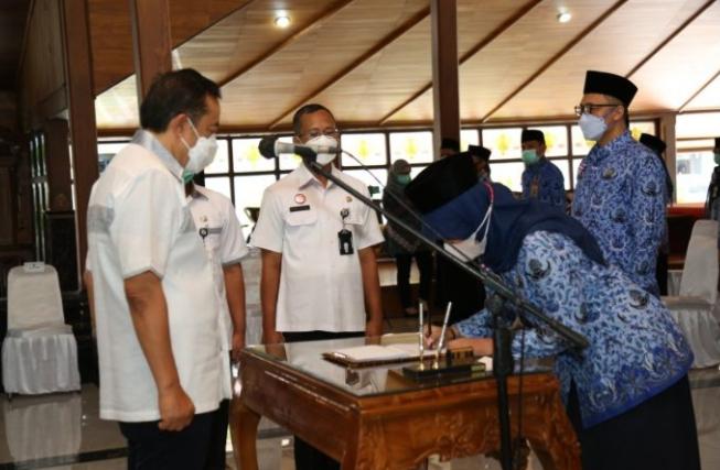 Bupati Cilacap Lantik dan Ambil Sumpah 92 Pejabat Pemkab di Pendopo Wijayakusuma Cakti