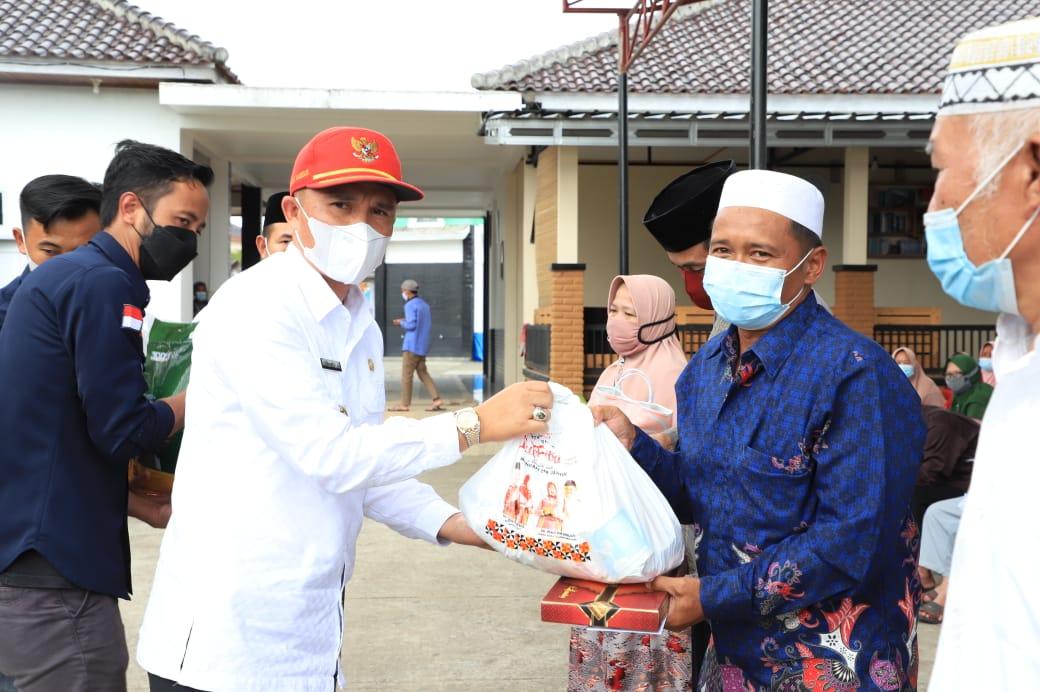 Bupati Lambar Serahkan Sembako dan Intensif Kepada Guru Ngaji Serta Beras dari Baznas