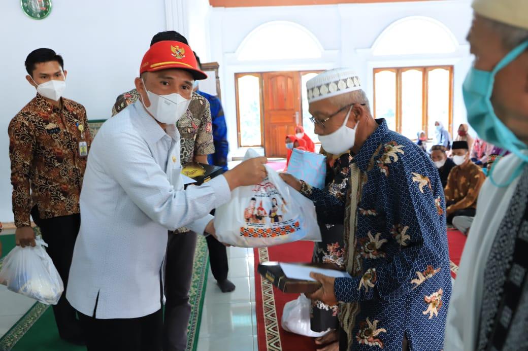 Bupati Lambar Serahkan Bantuan Kepada Guru Honorer, Guru Ngaji, Imam Masjid dan Marbot