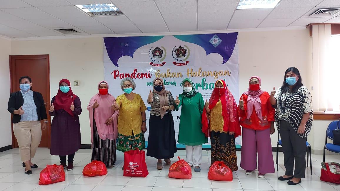 Pandemi Bukan Halangan Terus Berbagi, IKWI Jaya Bagikan Ratusan Paket Sembako