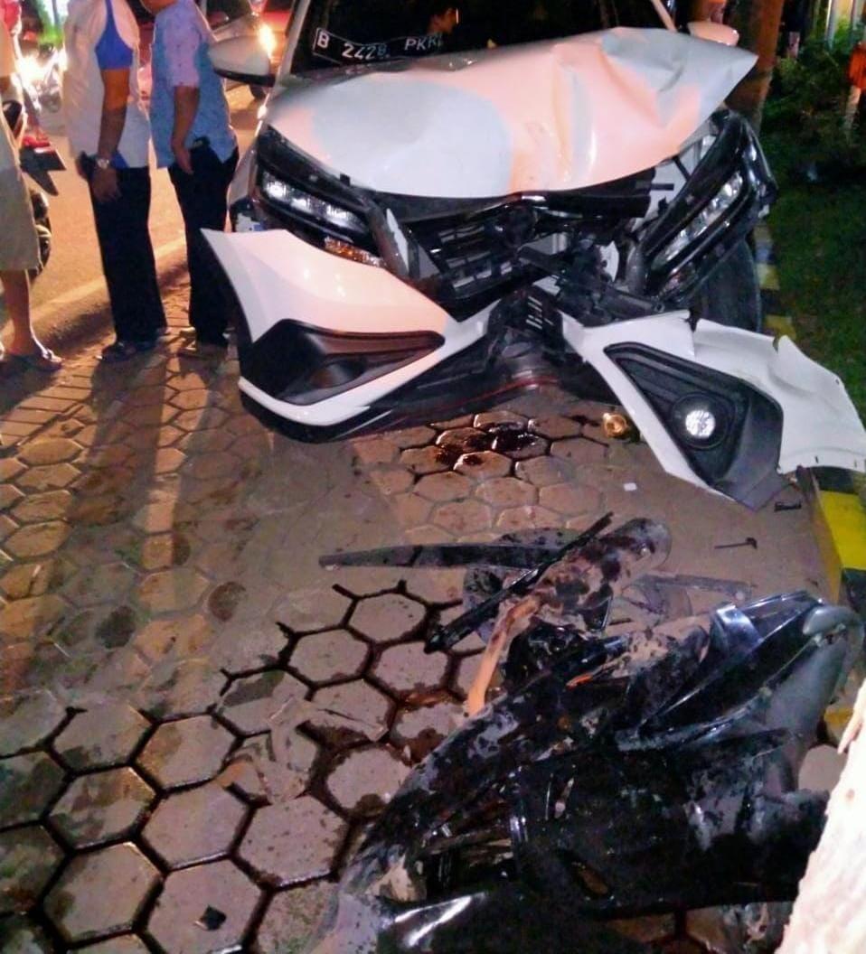 Mobil Tabrak Motor Didepan RS Buah Hati, Ciputat Tangsel