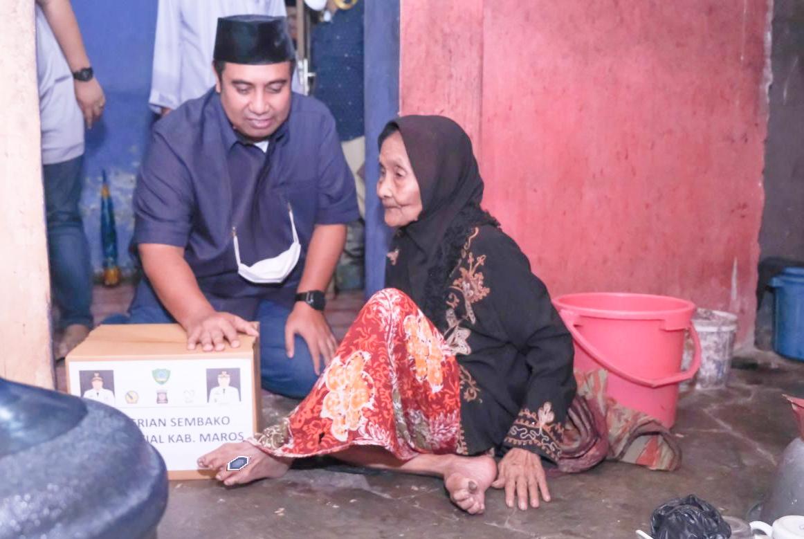 Malam Takbiran, Bupati Maros Chaidir Syam, Kunjungi Warga Kurang Mampu