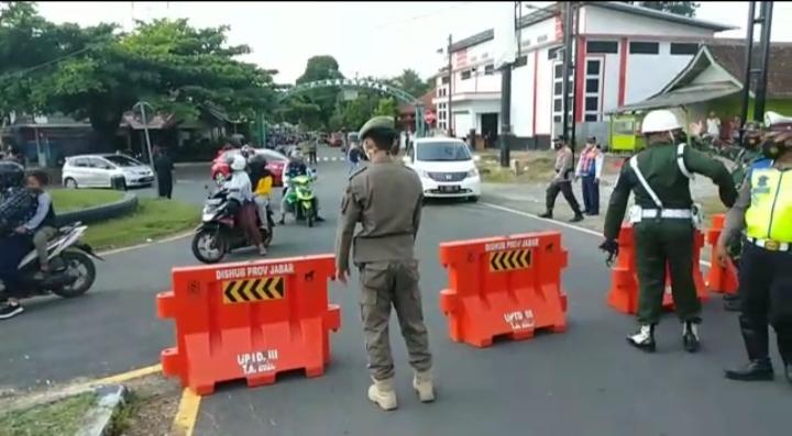 Kompol Jumaeli Pimpin Penyekatan Arus Kendaraan yang Mau ke Pantai Pangandaran