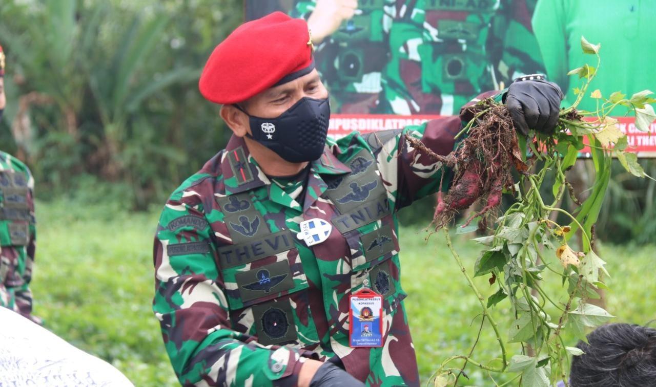 Brigjen TNI Thevi A. Zebua Pimpin Panen Raya Ubi Jepang di Batujajar