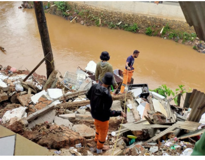 Sudin SDA Jaksel Perbaiki Longsor Turap Bantaran Kali Pesanggrahan, Cegah Banjir