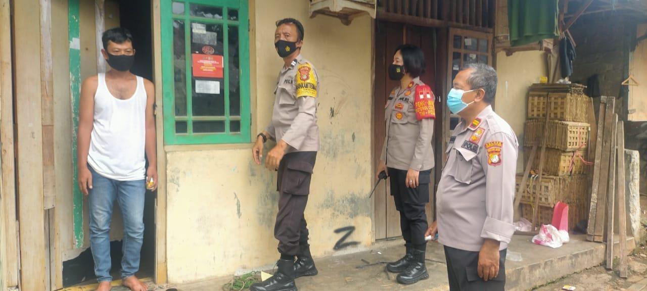 Kapolsek Ciptim dan Kanit Binmas Pasang Sticker di Rumah Sunan yang Sedang Melakukan Isolasi Mandiri
