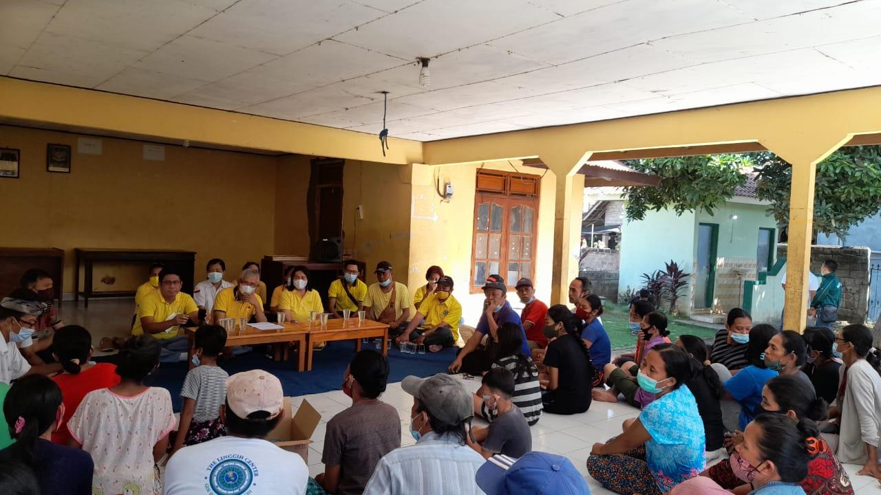Ketua DPD II Golkar Buleleng, IGK Kresna Budi Salurkan Bansos untuk Lansia