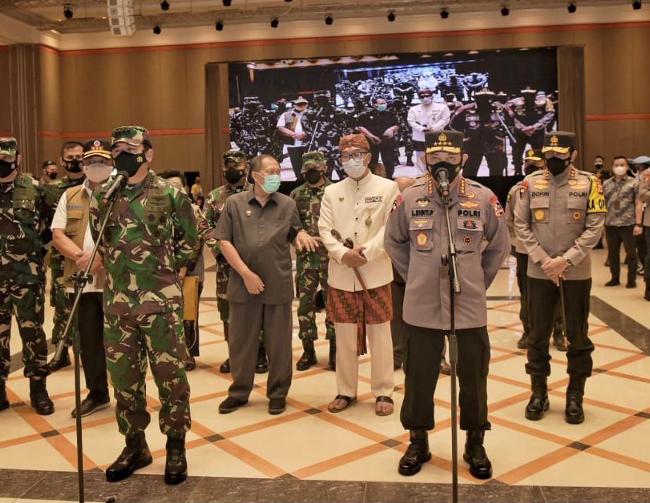 Panglima TNI dan Kapolri Minta Warga Tetap Disiplin Prokes Saat Tinjau Vaksinasi Massal di Bandung