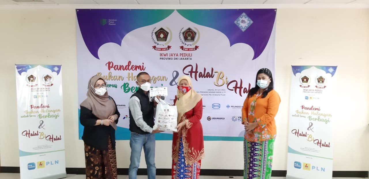 Pandemi Bukan Halangan untuk Terus Berbagi, IKWI Jaya Bagikan Paket Sembako