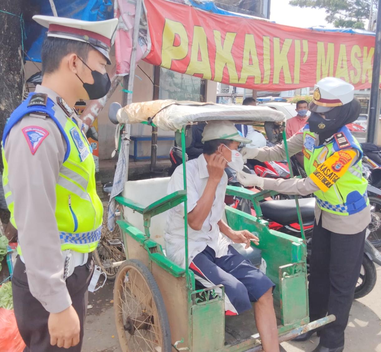 Sat Lantas Polres Maros Bagi Masker Ke Warga Pengunjung Pasar Sentral, Cegah Penularan Covid-19