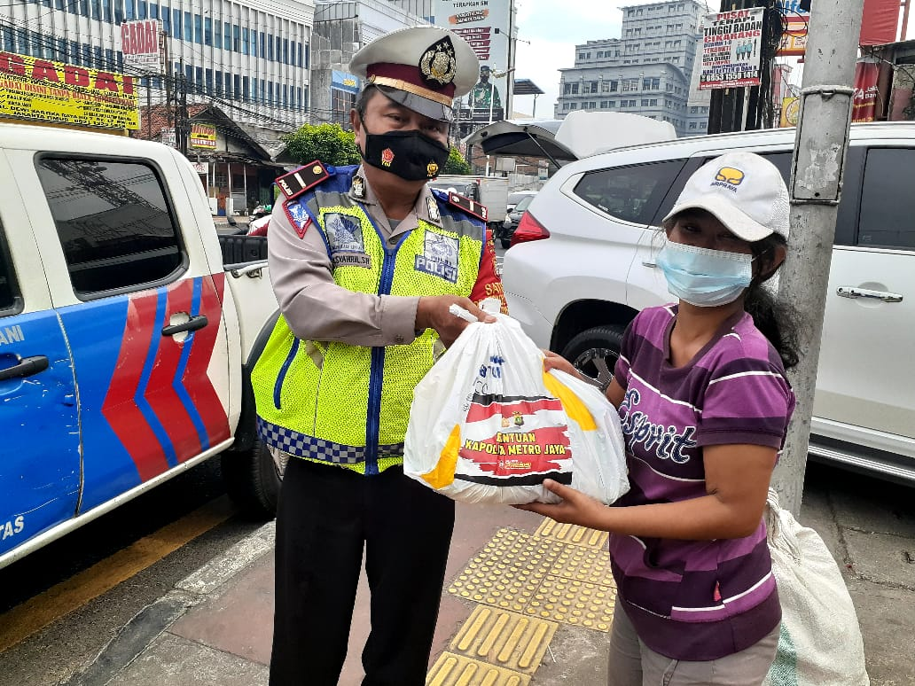 Satlantas Polres Metro Bekasi Bagikan 300 Paket Sembako di Kawasan Padat Penduduk