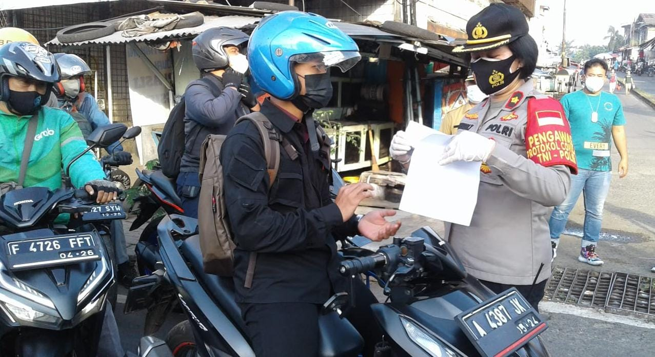 Kapolsek Ciptim Kompol Jun Nurhaida Pimpin Penyekatan PPKM Darurat Hari Kedua di Perbatasan Jakarta-Tangsel
