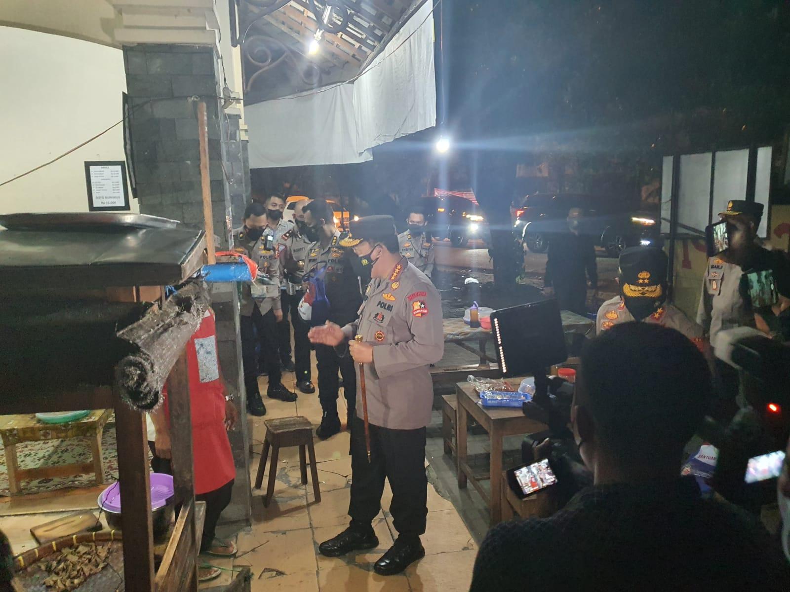 Malam-malam Blusukan, Kapolri Berbagi Sembako ke Warga dan Pedagang Angkringan