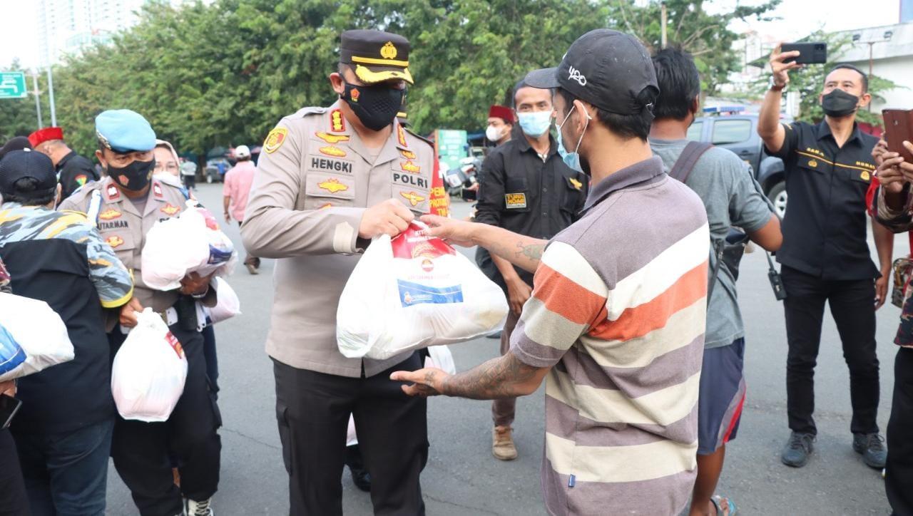 TNI-Polri dan Ormas se-Jakpus Salurkan Bansos untuk Warga di Kemayoran