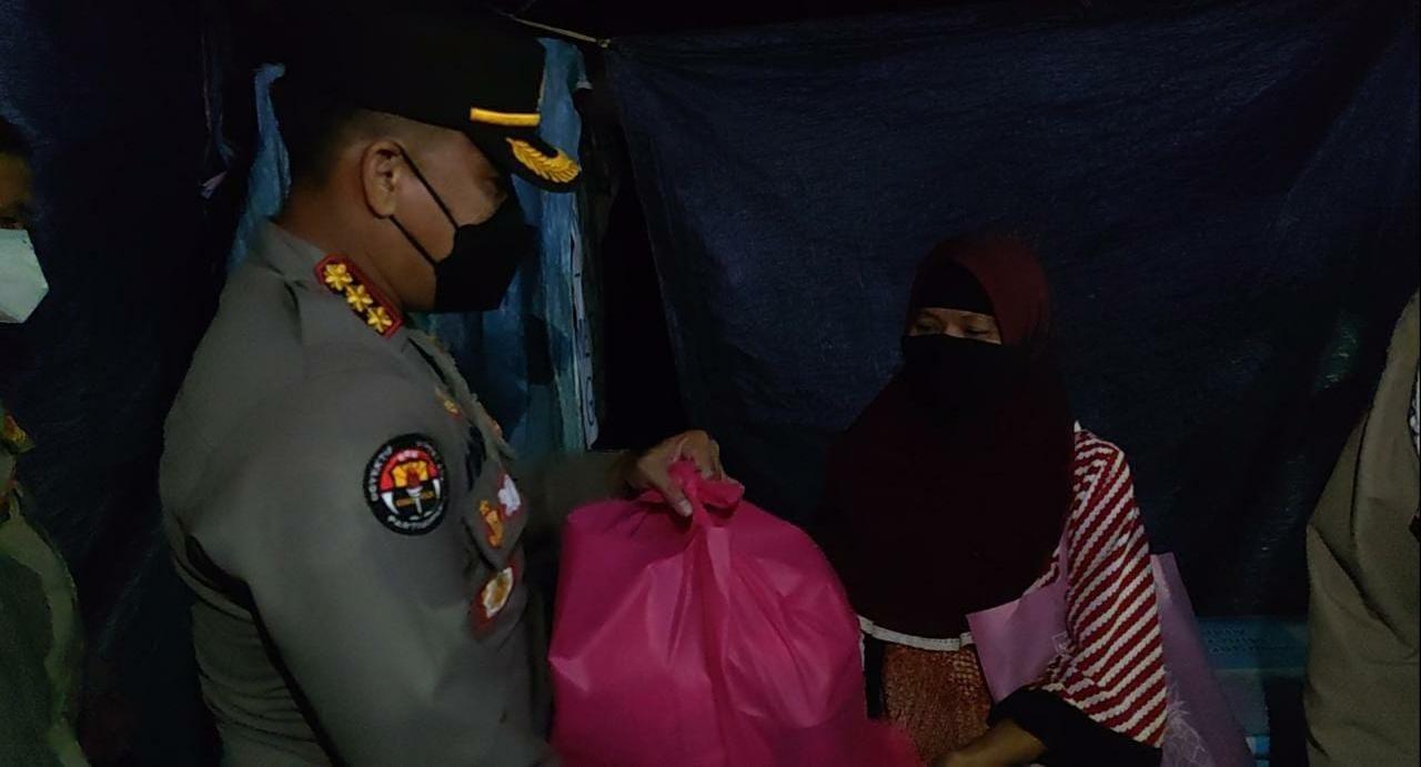 Kabid Humas Polda Banten Berikan Imbauan Serta Bagikan Masker dan Sembako