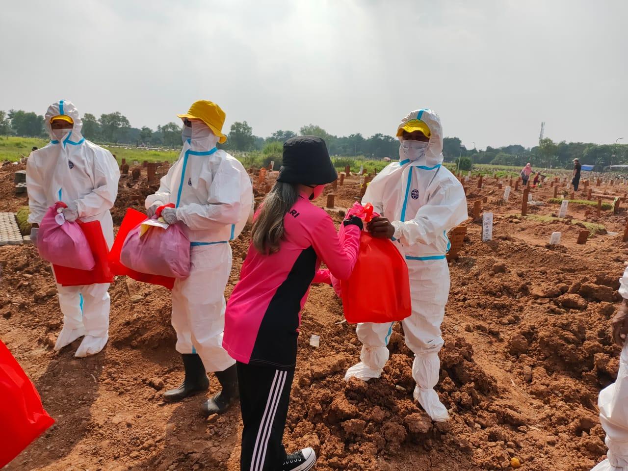 Bhayangkari Metro Jaya Peduli Penggali Makam Covid-19, BerikanSembako dan APD
