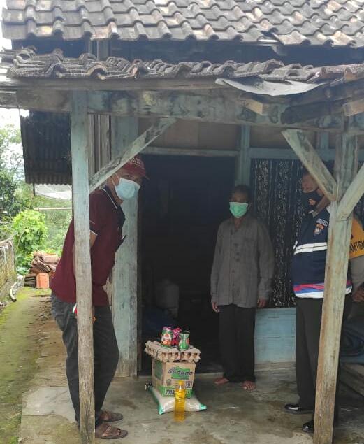 Pemerintah Pekon Pampangan Bagikan Sembako Bagi Warga Isoma dan Penyemprotan Diinsfektan