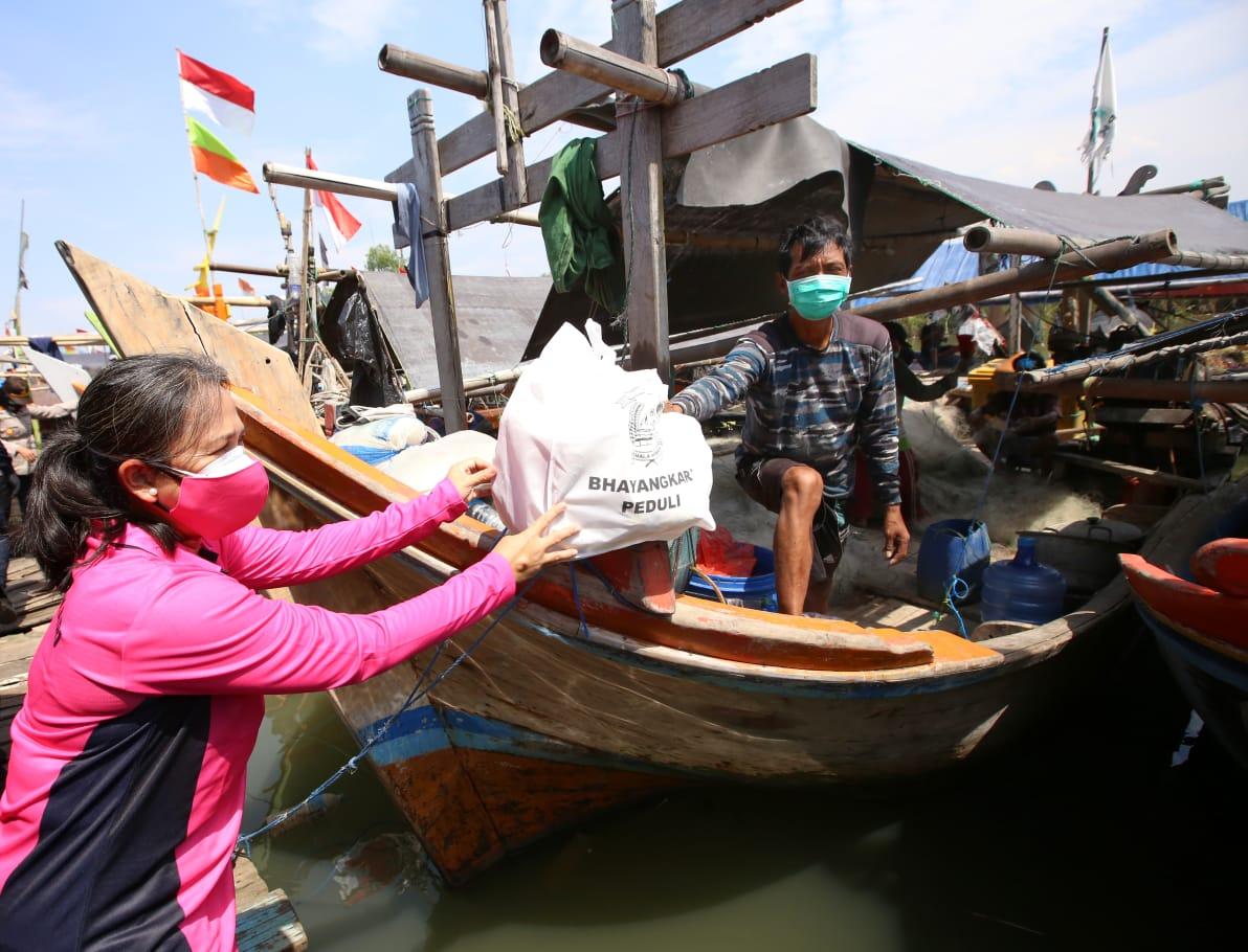 Ketum Bhayangkari Sambut HKGB Ke-69, Blusukan Bagikan Bansos ke Nelayan Muara Angke
