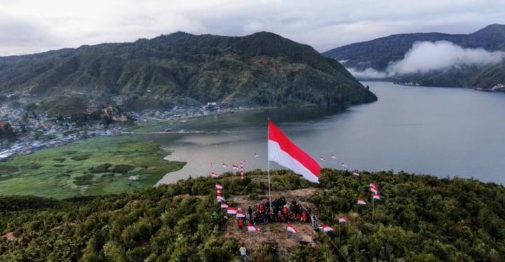 Satgas Gabungan dan Masyarakat Kibarkan Bendera Raksasa di Puncak Bobairo Enarotali Kabupaten Paniai