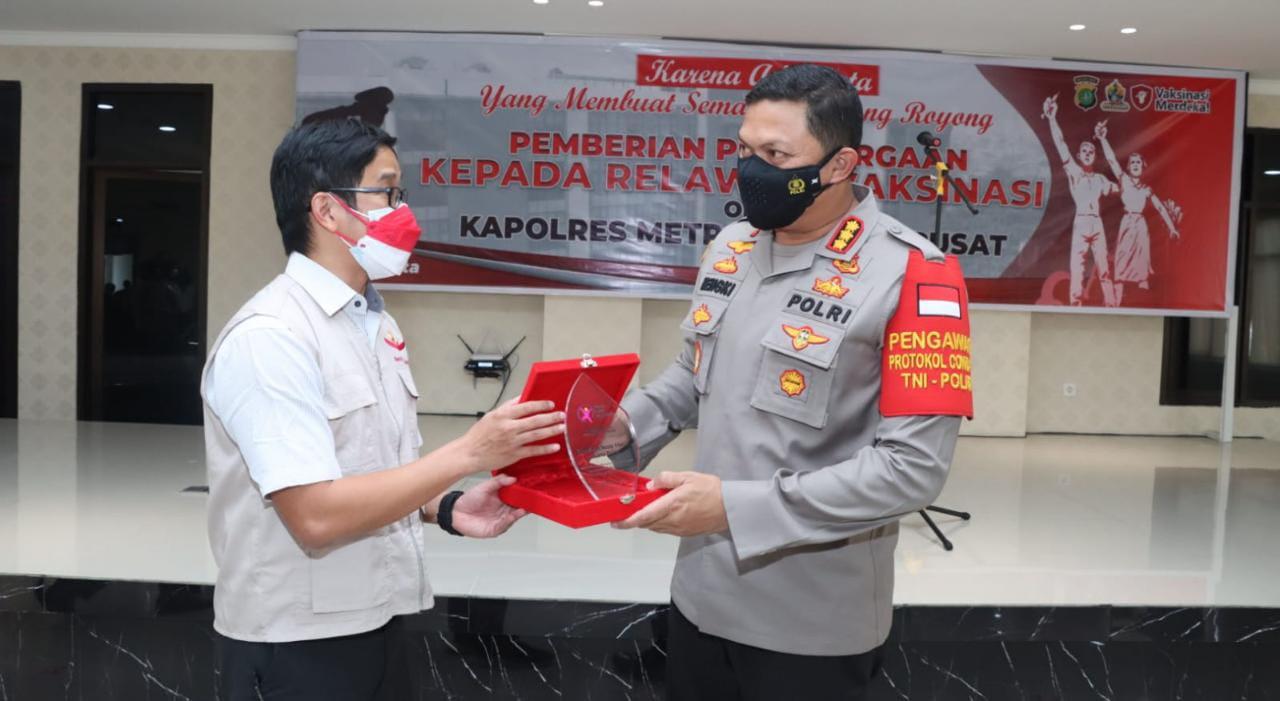 Nakes Relawan Vaksin Merdeka Terima Penghargaan Kapolres Metro Jakarta Pusat